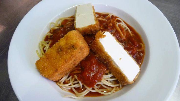 Zsályabundában sült kecskesajt, paradicsomos spagettin / Sage breaded goat cheese with spaghetti