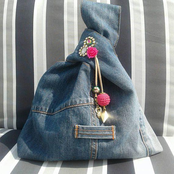 Dare unaltra chance al jeans inutilizzati!  Una carina piccola borsa per trasportare il tuo piccolo necessità: cellulare, piccolo portamonete, chiavi...  Questa borsa knot giapponese inoltre è reversibile!  Foderato in fantasia bianco e blu in cotone 100% con una tasca chiusa con un bottone magnetico.  Decorazioni oro e fuxia: lega charms, perle di vetro, filo di cuoio, uncinetto tallone.  Questa borsa in denim misura circa cm.40/in.15 in lunghezza per cm.30/in.12 di larghezza.