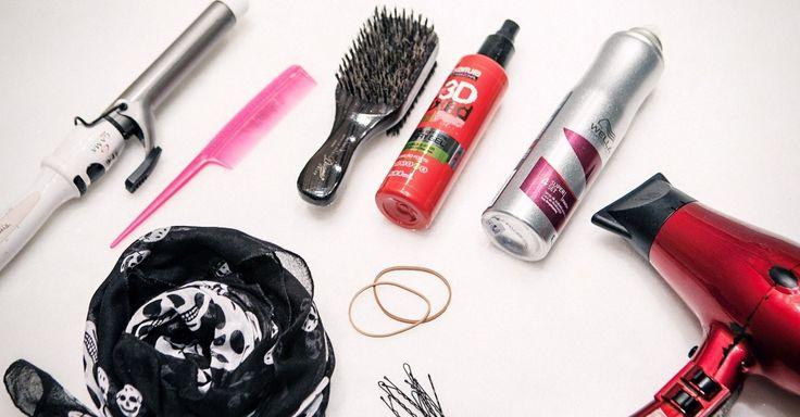 Penteados vintage pedem volume e acessórios. Para criá-los, você vai precisar de spray volumizador e fixador, pente fino com cabo, escova para penteados, secador, modelador de cachos, grampos, elásticos e lenço