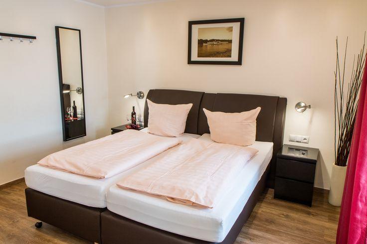 Helles Zimmer mit Boxspring-Doppelbett, Flachbild-Fernseher, kostenfreiem W-LAN, Kaffee- und Teestation und neuem Bad mit Dusche/WC.