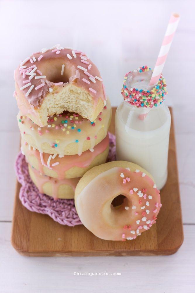 I Donuts detti anche Doughnuts sono le classiche ciambelle americane ricoperte da glasse colorate, solitamente vengono fritti ma io ho preferito farli al Forno!!! I Donuts al forno sono di una bontà assoluta, più leggeri e profumati rispetto alla versione fritta e sicuramente con meno calorie; sono