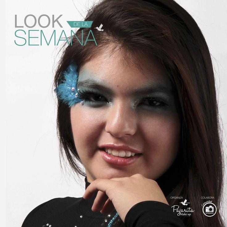 """""""Look de la Semana"""" Un maquillaje artístico, lúdico y experimental. Dejamos que el color turquesa se apoderara de nuestro foco principal. Nos centramos en la mirada, delineando los ojos, usando pestañas postizas, iluminando la zona del lagrimal y además incorporamos elementos como plumas y strass que complementaron el maquillaje. Unificamos el tono de la piel, usamos un tono rosita de rubor y finalizamos con un gloss en los labios. Fotografía Mar Cifuentes de Comunidad Fotografía"""