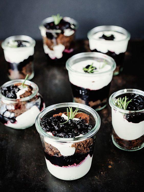 Rezept Dessert: Brownie im Glas mit Blaubeer-Rosmarin-Kompott / sweet recipe for brownies in a jar, gift idea via DaWanda.com