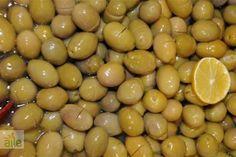 Ev yapımı kırma zeytin tarifi... Ege'nin enfes tatlarını kahvaltı sofranıza taşıyın! http://www.hurriyetaile.com/yemek-tarifleri/atistirmalik-tarifler/ev-yapimi-kirma-zeytin-tarifi_1357.html