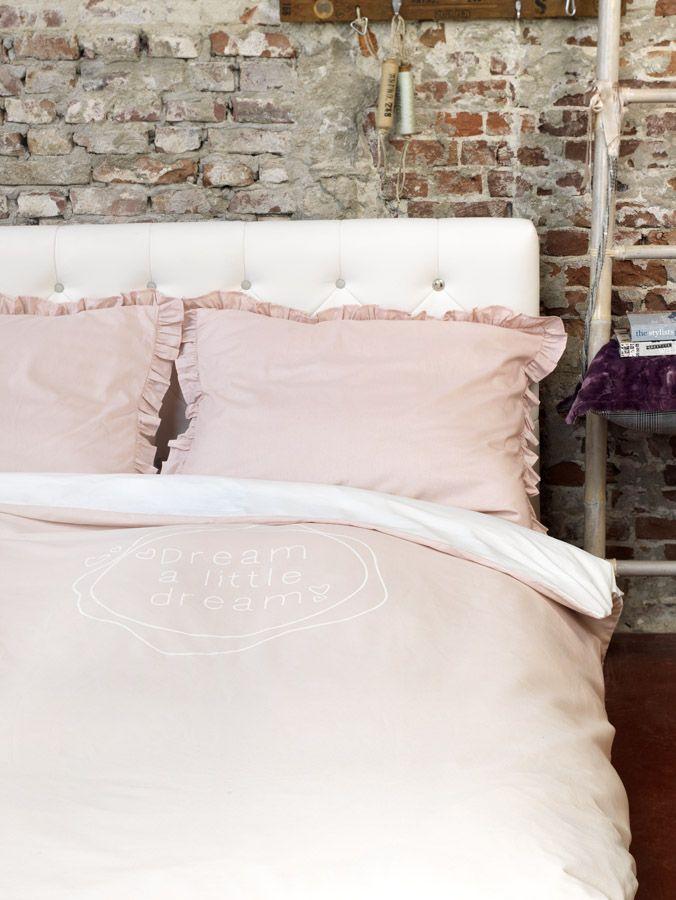 #stapelgoed #bed #stoel #stoer #kussens #bedovertrek #romantisch
