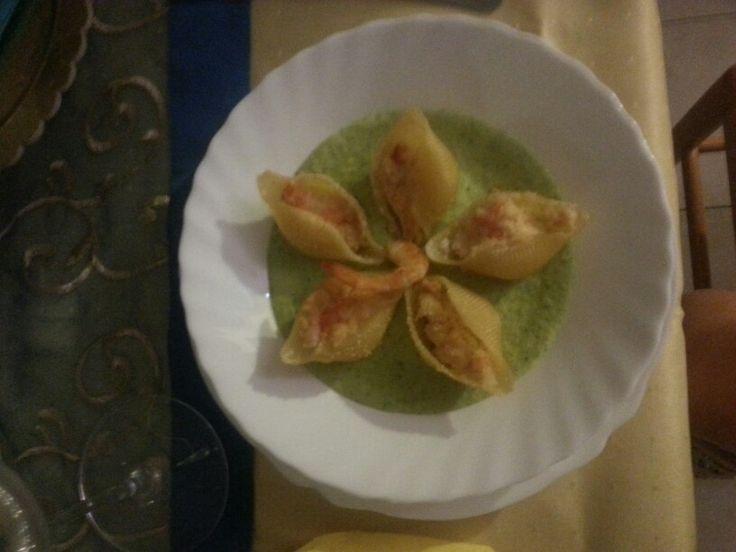Stella di conchiglioni ripieni di gamberi su vellutata di zucchine