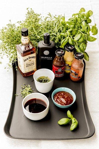 Enkel Jack Danielsmarinade  Oppskrift 1 dl soyasaus 1 dl Jack Daniels Honey Liqueur 1/2 dl mørkt brunt sukker 1 ss Dijonsennep 1 ss tabasco Bland alle ingrediensene og rør til sukkeret løser seg opp. Dette er en meget enkel utgave av en marinade som er fantastisk til store kyllingbryst, svinenakke og svinefilet!             GRILLKURS DEL 4: MARINADE OG KRYDDER  Tekst og foto: Kulinarisk.no / Per Heimly Hvor mange ganger har du stått foran grillen og tenkt: Skal jeg bruke tørket krydder…