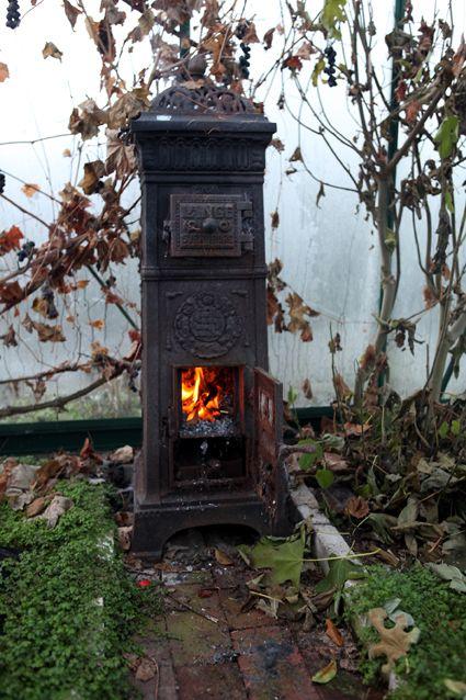 Det er en kold tid - Drivhusklubben.dk Det kunne være fint med en lille ovn på nordvæggen i drivhuset, det vil forlænge sæsonen betragteligt.