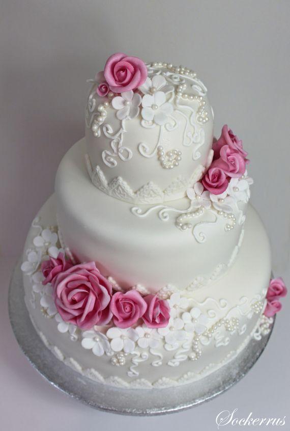 Bröllopstårta med rosa rosor