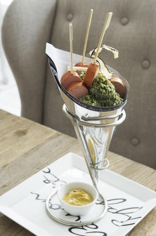 Mijn nummer 1 in de winter, de klassieker: Boerenkool met Worst zelf voeg ik nog toe: Spekjes, sla saus en veel appelmoes!! smullen!