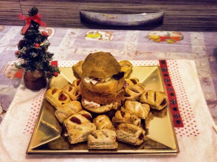 Il mio mini antipasto per il cenone della Vigilia di Natale: rustici pomodoro e formaggio e mini panettone gastronomico rigorosamente vegetariano!