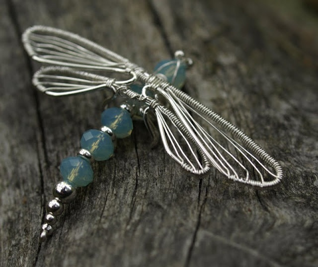 dragonfly. wire wrap. http://www.jewelrylessons.com/tutorial/dragonfly-collection