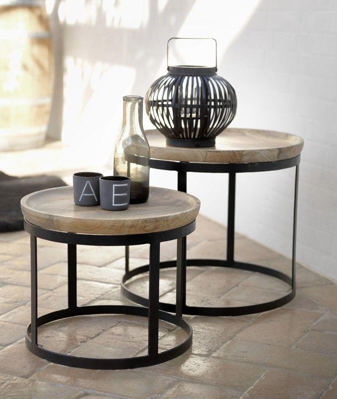 Eboko sofabord - Flot sofabordsæt med 2 runde borde i forskellige størrelser. Bordpladerne er i massiv naturfarvet træ og stellet i sortmalet metal. Sættet er også anvendeligt som sideborde som enten kan stå sammen med et siddearrangement, men som også sagtens kan stå alene i en krog af stuen eller i en mellemgang.