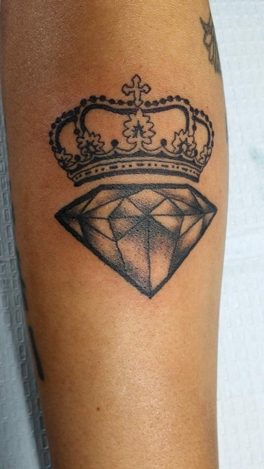 Crown and diamond tattoo because i am unbreakable queen raquel tatoooo pinterest diamants - Couronne tatouage femme ...