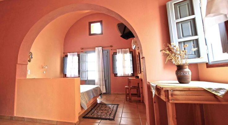 €50 Quietly located in Imerovigli, the traditionally built Merovigla Studios offers a swimming pool and poolside bar surrounded by well-tended gardens.