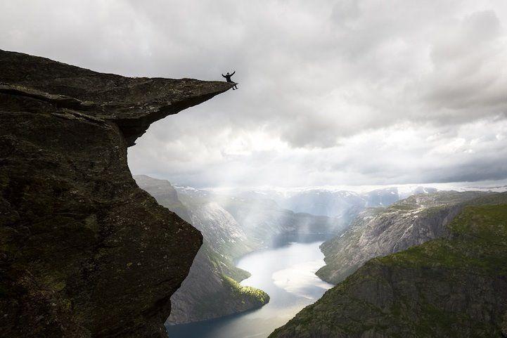 """""""Trotllunga"""" ( lengua de Troll) el famoso acantilado noruego que se eleva unos 700metros sobre el lago Ringedallsvatnet."""