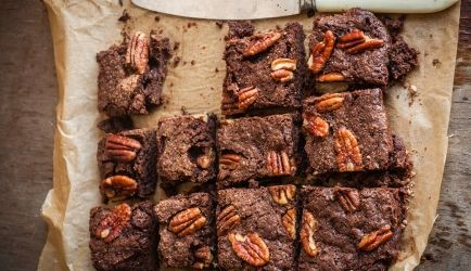 Luchtige Brownie Met Geroosterde Pecannoten recept | Smulweb.nl