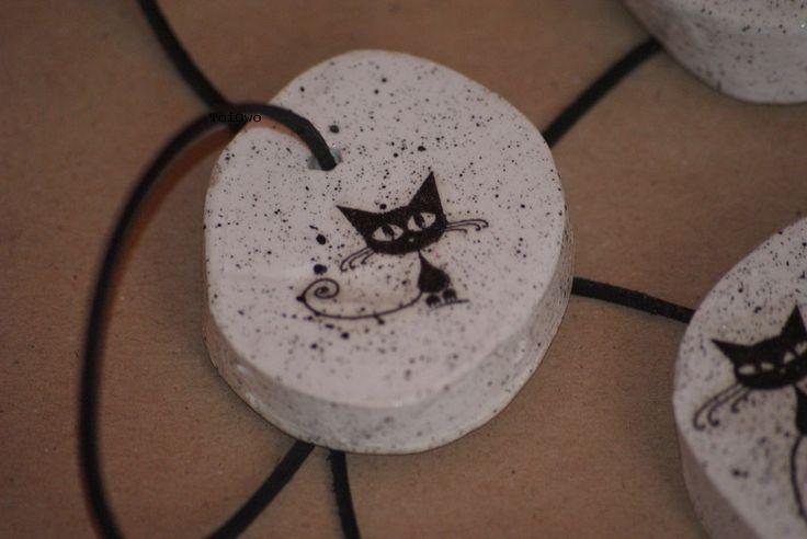 Wisiorek z gipsu ozdobiony metodą decoupage. Czarny kotek