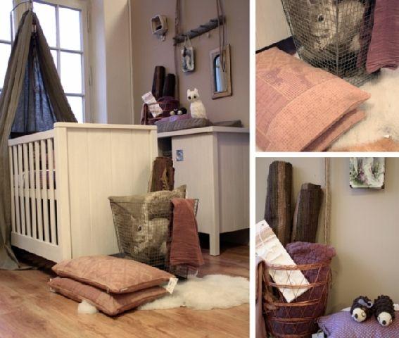 Een sfeervol kamertje, aangekleed met paarse en bruine accessoires.