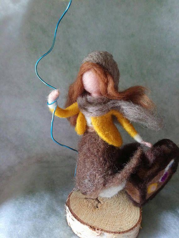 Puedo realizar tu propria muñeca en lana de ovejas merinos, afieltrada a mano con agujas. Cuéntame cual son tus sueños, pasiones colores preferidos. La foto es exclusivamente un ejemplo de lo que puedo realizar. Tendrás una muñeca artística única hecha exclusivamente para ti. Los
