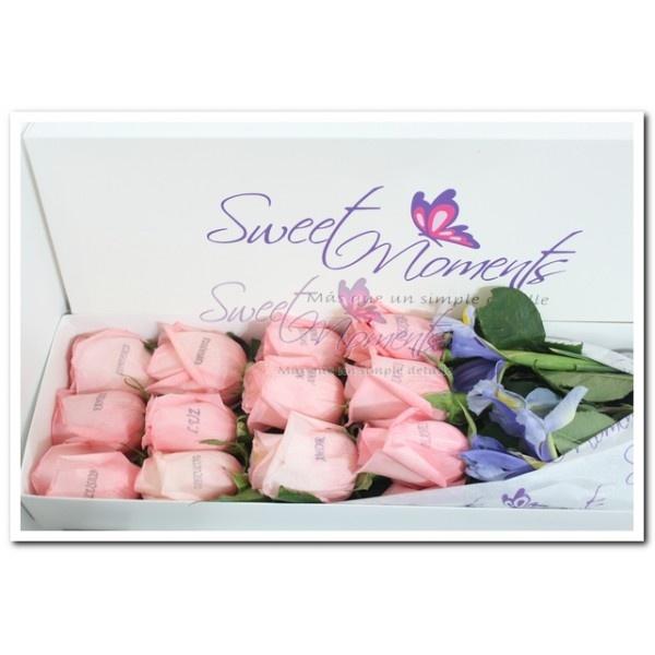 Ramo 12 rosas impresas en caja.