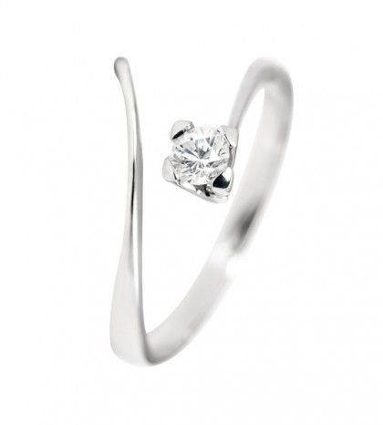Anillo de compromiso: Modelo AIRE es un bello diseño de solitario con diamantes fabricado en Oro de 18 quilates, de diseño sencillo y elegante. Un anillo perfecto para regalar, una joya ideal para lucir a diario.