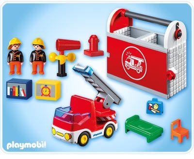Setul post mobil de pompieri include o camera de relaxare si un birou. Exista un lift functional pentru a face iesirea mai usoara in caz de urgenta. Setul mai include un camion de pompieri cu o scara rotativa si doi pompieri. Nu necesita baterii. Jucarie din colectia 1.2.3. Recomandat copiilor cu varsta 18 luni +.