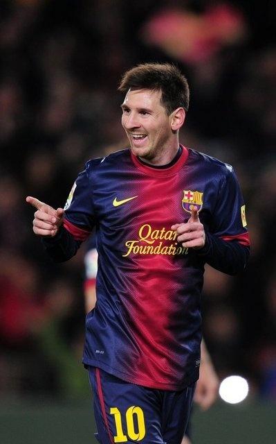 Lionel Andrés Messi Cuccittini (Rosario, Argentina, 24 de junio de 1987), conocido también como Leo Messi,10 es un futbolista argentino que también posee la nacionalidad española desde el año 2005. Juega como delantero en el F. C. Barcelona, de la Primera División de España, y en la selección de fútbol de Argentina, de la cual es también capitán. (Wikipedia)