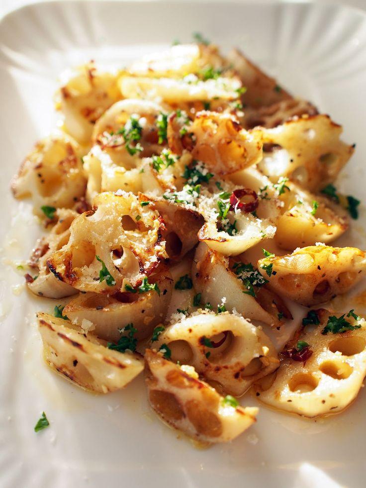 れんこんのペペロンソテー by 加瀬 まなみ / 香ばしくカリカリに焼いたれんこんを、ペペロンチーノの味付けで。チーズをたっぷりふって、ワインのお供に。 / Nadia