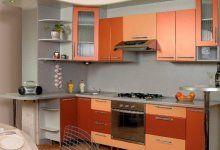 Лицевую часть мебели называют фасадом. Именно от него зависит, какой внешний вид имеет кухня. Фасады кухонных гарнитуров изготавливаются из стекла, ДСП, МДФ, деревянного массива и пластика. Попытаемся сравнить эти разновидности.