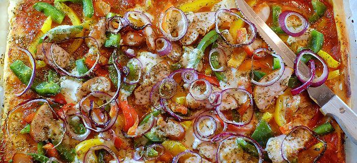 Pizza met 3 soorten paprika, gerookte kip en mozzarella