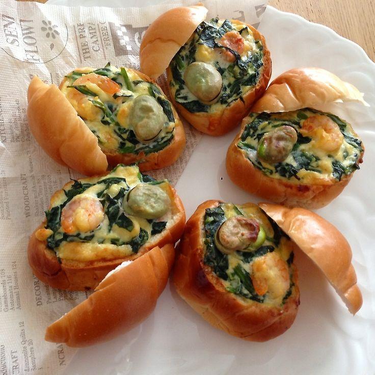 和風キッシュが前から作ってみたくて、お豆腐と明太子で作ってみました(*^^*)食べやすく持ち寄りやすくロールパンにいれてみたよ♡ 作り方(ロールパン5個分) ・ロールパン  5個 ・豆腐             150g ・明太子         大1腹(小なら2腹) ・ほうれん草  1把 ・むきえび      5尾 ・そらまめ      5つ ・チーズ         30g ・バター         10g ・だしの素      小さじ1/2 ・醤油             小さじ1  ①豆腐をホイッパーでぐちゃぐちゃにし、卵と明太子を入れて混ぜる。     だしの素と醤油、チーズもいれて混ぜる。 ②ほうれん草は2cm幅くらいに切ってレンジ600wで2分チンし、水にさらす。この辺でオーブンを180度に余熱。 ③2の水を切り、1に入れて混ぜ、えびとそら豆も加えて混ぜ、最後にバターをいれる。 ④ロールパンの上を切り、中身を手でほじほじして、その中身も生地に混ぜる。 ⑤パンを指で挟んでちょっと固めて、3を入れ、オーブンで、30分焼く。  *パンにいれずにココットに入れても...