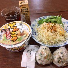 本日のランチはこんな感じで 朝一リハビリ通院だったので結構お腹空いてました笑 自分では中々バランス良い食事ではないかと思ってます(゚゚)ノ     #ランチ #とんこつラーメン #おにぎり #梅干 #コールスローサラダ #枝豆 #ダイエット #リハビリ http://diet.nishino.jp tags[福岡県]