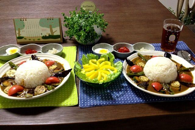 今回のカレーの具は、牛ミンチ・茄子・ズッキーニ・ししとう・カボチャ・ミディトマトです。 ( ´ ▽ ` )ノ - 16件のもぐもぐ - 夏野菜たっぷりカレーライス、パプリカサラダ、ゆで卵と福神漬とらっきょう by pentarou