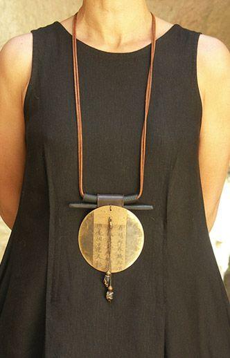 Collier artisanal en laiton, papier, bois de coco, polyéthylène monté sur cuir / AMALTHEE CREATIONS