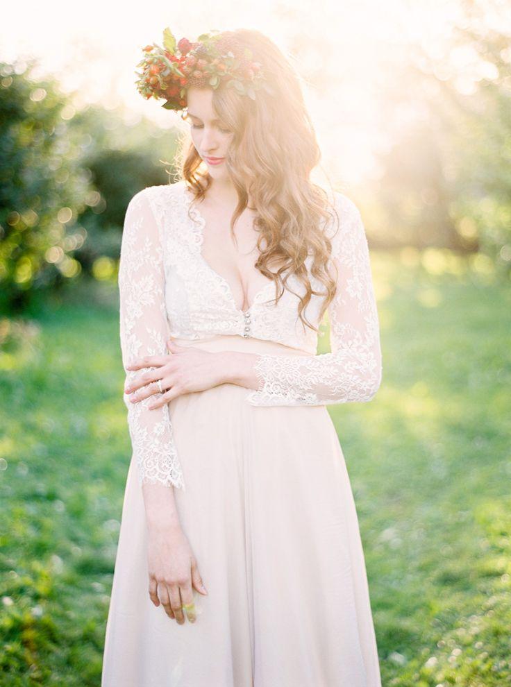 Spetstopp i spets och djup uringning med spets ärm. Enkel kjol med hög linning och i en mild färg.