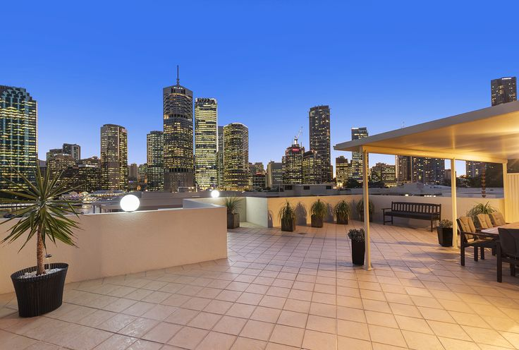 KANGAROO POINT 124.193 Main Street ... An enviable lifestyle choice for those seeking a new standard of living, this dual level penthouse blends generous proportions with remarkable, uninterrupted city views.