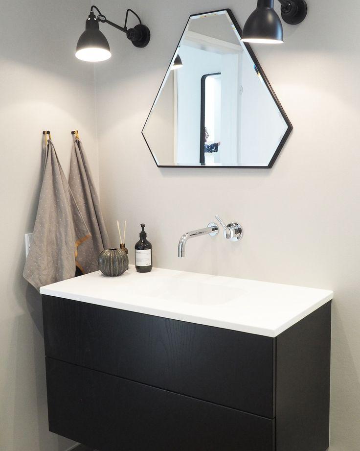 KUNDE BAD    Lækkert badeværelse hos Cecilie og Mads, som har købt inventar fra @invitaaarhus til hele deres nybyggede hus i Århus. Athena sort eg og hvid mat marmor bordplade. Spejl og lamper er kundens egne, men giver en super god kant til rummet. Konsulent: René Hede Fogsgaard. #bad #kundebad #bathroom #barhinspo #sorteg #blackoak #nordicbathroom #nybyg #invitaaarhus