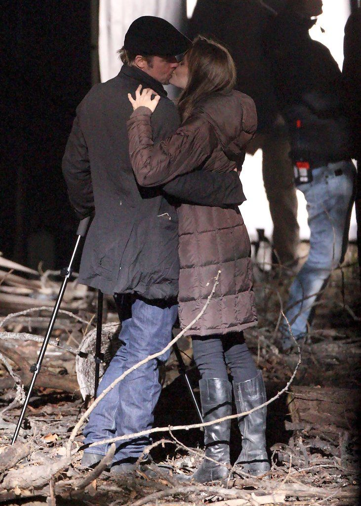 Angelina Jolie - Angelina Jolie And Brad Pitt Kissing On Set In Budapest