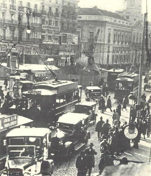 Puerta del Sol a principios del s. XX, mucho tráfico y obras