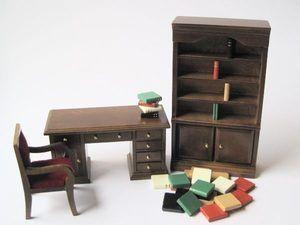 Die Bücherwand hat 4 Regalfächer und 2 Türen die sich öffnen lassen. Am Schreibtisch lassen sich alle Schubladen und Türen öffnen und der Stuhl hat einen roten Bezug.    Material : Holz   Farbe : Kirsche ( Merisier)  Größe : Bücherwand ca. 16,5(h) x 3,9(b) x 5,0(t) cm    Schreibtisch ca. 12,5(b) x 4,9 (t) x  5,5 (h) cm    Stuhl ca. 5,0(b) x 4,7(t) x 8,0(h) cm    jedes Buch ca. 2 x 2 cm            Achtung! Kein Spielzeug - Sammlerartikel !