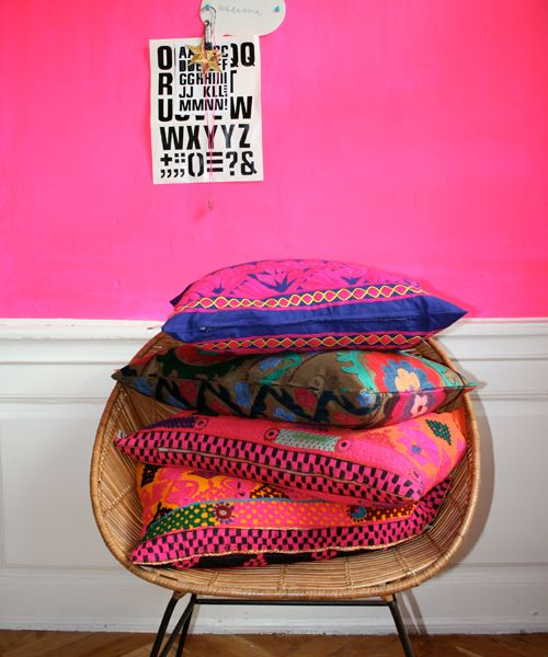 cushions + pink: Pink Pink Pink, Wall Colors, Pink Walls, Bedrooms Design, Teen Bedroom Designs, Hot Pink, Bright Wall, Neon Pink, Bright Pillows