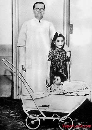Youngest Moms In History Pictures here. Linda Medina was was just 5 years, 7 months, and 21 days when her 2.7 kg (6.0 lb) son Gerardo was born.