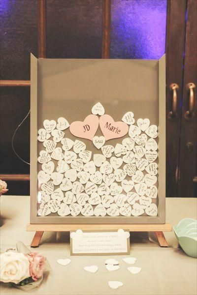 Adorable Gästebuch Idee: Gastzeichen ihren Namen auf einem kleinen Herz aus Holz und legen Sie es in den Schatten Kastenrahmen.