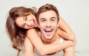 """Hoe vaak heb jij, wanneer je op televisie weer een beroemdheid ziet met een perfect gebit vol stralend witte tanden, niet gedacht """"dat wil ik ook wel""""? En hoewel het er vaak op lijkt dat celebrities meer voor elkaar krijgen en toegang hebben tot betere lichaamsverzorging, kun jij zelf ook met een paar simpele tips en handelingen gemakkelijk een stralend witte glimlach krijgen. Ontdek hoe samen met je online apotheker."""