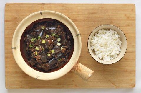 de Gok Wan beringela assada com receita de carne de porco - goodtoknow
