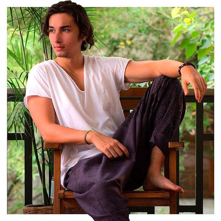 Costurada à mão pelas nossas costureiras tailandesas a Calça Om foi feita para homenagear as manifestações artísticas que acontecem na Tailândia. Por isso o nome Om cuja tradução (Unalom) é um termo muito comum em lugares sagrados do país. #calcathai #calcaom #indigo #unalom #arte #manifestacaoartistica #meditacao #culturatailandesa #modamasculina #calcatailandesa #modacomcausa