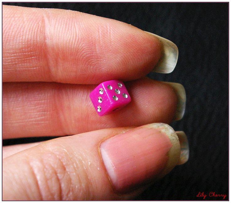 Perle dés a jouer rose fuchsia 6mm x1 : Perles en Plastique par lilycherry