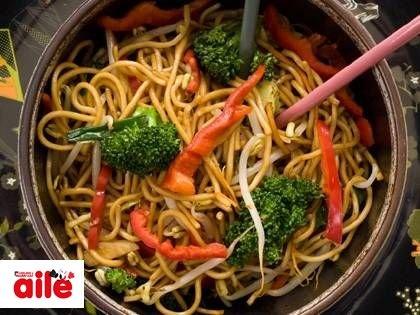 Sebzeli Noddle - İşte, size nefis bir Çin yemeği! http://www.hurriyetaile.com/evimiz/yemek-tarifleri/sebzeli-noddle_8756.html