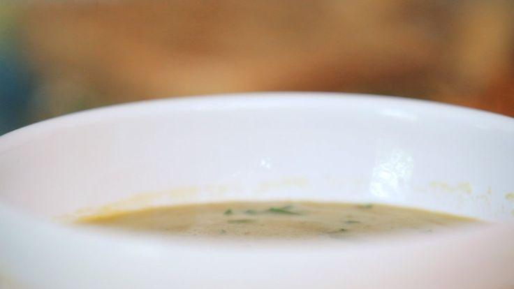 Crédito: GNT  Ingredientes     * 1 colher de sopa de azeite de oliva extra virgem     * 2 cebolas médias picadas     * 4 dentes de alho picados     * Sal marinho     * 500g de ervilhas frescas (podem ser as congeladas)     * 2 xícaras de salsinha picada grosseiramente (sem o talo)     * 3 a 4 xícaras de caldo de legumes frescos     * raspas de ½ limão     * 1 colher de sopa de suco de limão Modo de preparo    1. Em uma panela grande, aqueça o azeite.    2. Adicione as cebolas e algumas…